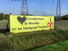 Spandoeken tegen windmolens bij Hengelo beklad