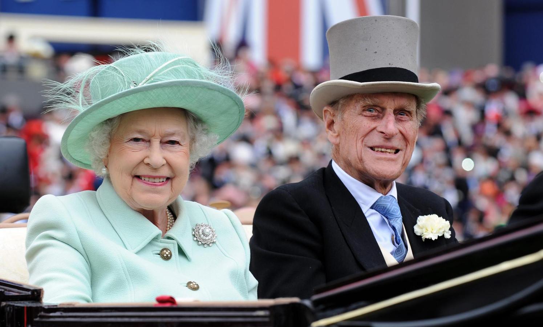 De Queen en prins Philip in Ascot in 2012.