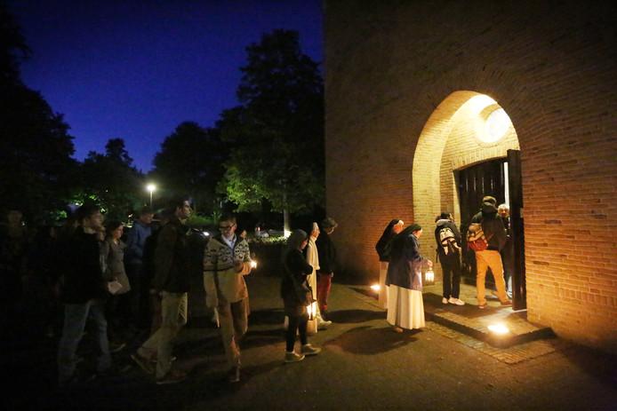 Bezoekers arriveren laat op de avond bij de Sint Paulusabdij, thuishaven van de geloofsgemeenschap Chemin Neuf, tijdens een eerdere Kloosternacht.