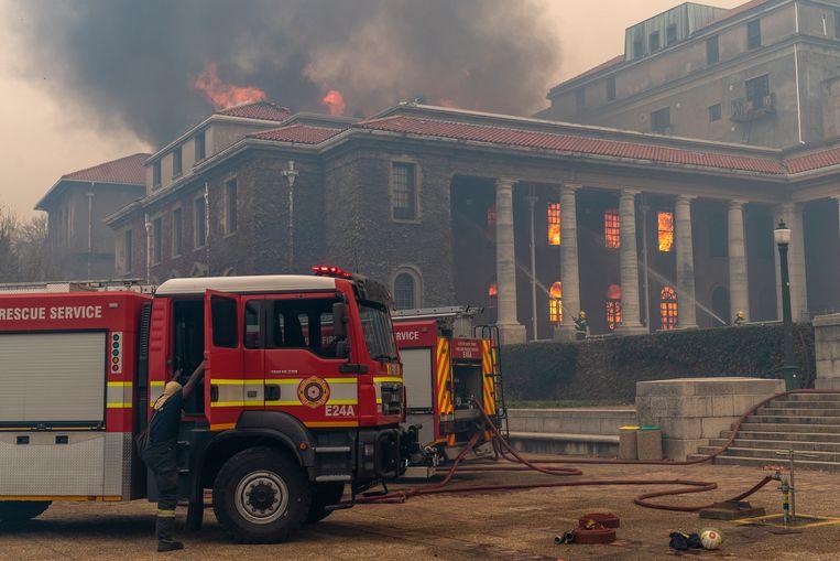 Een bibliotheek met waardevolle historische boeken is in vlammen opgegaan. Beeld EPA
