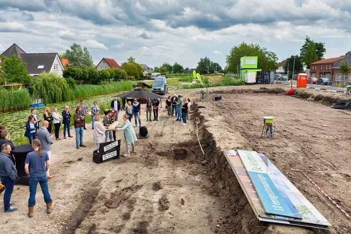 Het begin van het bouwproject De Watergaard in Zevenbergschen Hoek. Zojuist is de doos met flessen opgegraven.