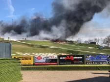 Flinke brand in skiclub Uden, rookwolken in wijde omtrek te zien