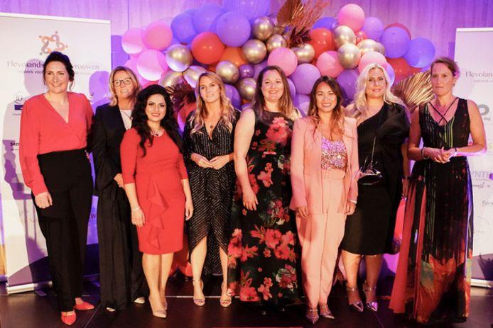Flevolandse zakenvrouw 2021 met winnares Liesbeth Bronkhorst als tweede van links op de foto .