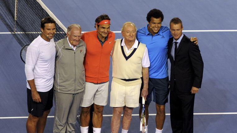 Het gelegenheidsduo Pat Rafter (links) en Lleyton Hewitt (rechts) poseert met voormalige Australische tennisgrootheden als Tony Roach (tweede van links) en Rod Laver (derde van rechts). Beeld AP