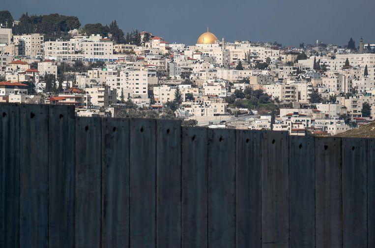 De Rotskoepel in Jeruzalem, gezien vanuit het Palestijnse dorp Abu Dis, dat Trump voorstelt als hoofdstad van de nieuwe Palestijnse staat. Beeld AFP