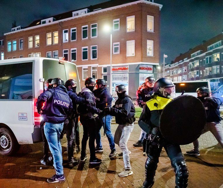 Een grote groep jongeren zoekt de confrontatie met de politie op de Beijerlandselaan in Rotterdam en bekogelt de aanwezige politie met stenen en vuurwerk.  Beeld ANP