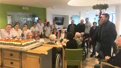 Inwoners Betze Rust krijgen gebak ter gelegenheid van Nieuwjaar