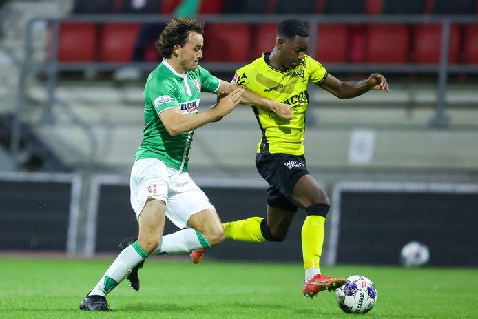 FC Dordrecht-verdediger Jop van der Avert  in de achtervolging op Yahcuroo Roemer van VVV-Venlo.