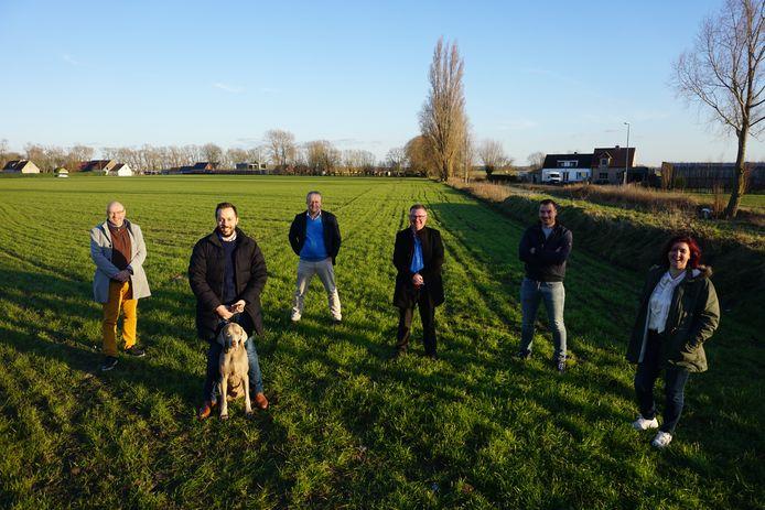 Het schepencollege stelt de komst van de eerste hondenweide van Gistel voor. (vlnr) Michel Vincke, Gauthier Defreyne met hond Hermes, Wim Aernoudt, Geert Deschacht, Dries Depoorter en Ann Bentein.