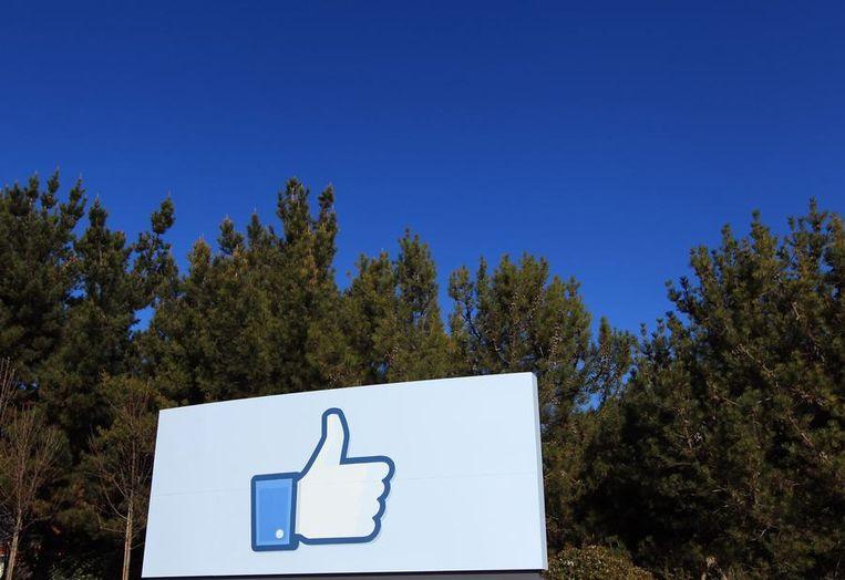 Een groot 'Like'-bord bij de ingang van Facebook. Het bedrijf is onlangs verhuisd naar Menlo Park in Sillicon Valley. De   nieuwe werkplek biedt plaats aan 2000 werknemers en wordt het nieuwe   hoofdkwartier. Voorheen was op deze lokatie Sun Microsystems gevestigd.   Facebook houdt het oude kantoor in Palo Alto aan. Silicon Valley is een veelgebruikte benaming voor de zuidkant van de Baai van San Francisco in de Amerikaanse staat Californië. In deze regio zijn heel veel technologiebedrijven gevestigd, inclusief enkele van de grootste ter wereld. Oorspronkelijk verwees de term naar de grote hoeveelheid bedrijven die bezig waren met de productie en innovatie van silliconenchips, maar nu slaat de term op alle hightech bedrijven in het gebied. Silicon Valley wordt zelfs als metoniem  voor de hele Amerikaanse technologiesector gebruikt. Enkele bedrijven die hun hoofdkwartier in het gebied hebben zijn Apple, Hewlett-Packard, Intel, Sun Microsystems, eBay, Google, AMD, Facebook en McFee. Beeld reuters