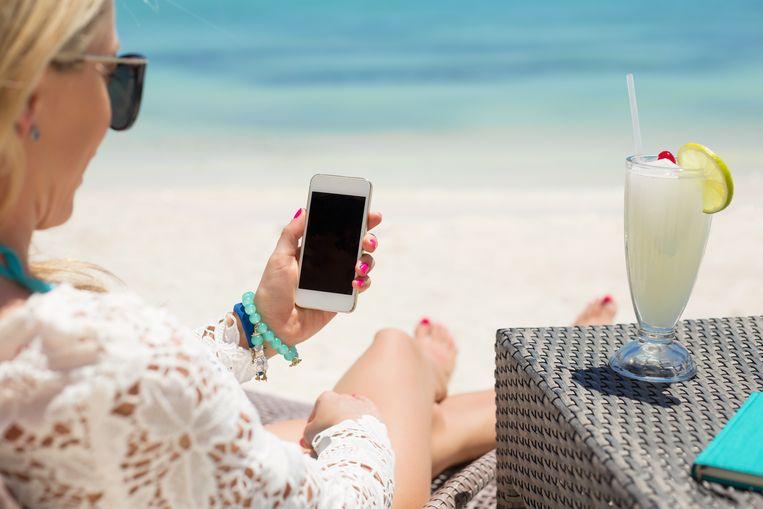 De smartphone is onmisbaar op vakantie.  Cijfers van het mobiele dataverkeer tonen aan dat het datavolume van Belgische gebruikers in het buitenland verdrievoudigd is.
