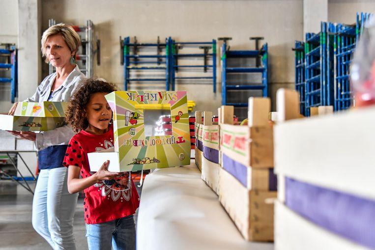 Ook partners en kinderen van Rotary-leden hielpen mee om ontbijtpakketten samen te stellen.