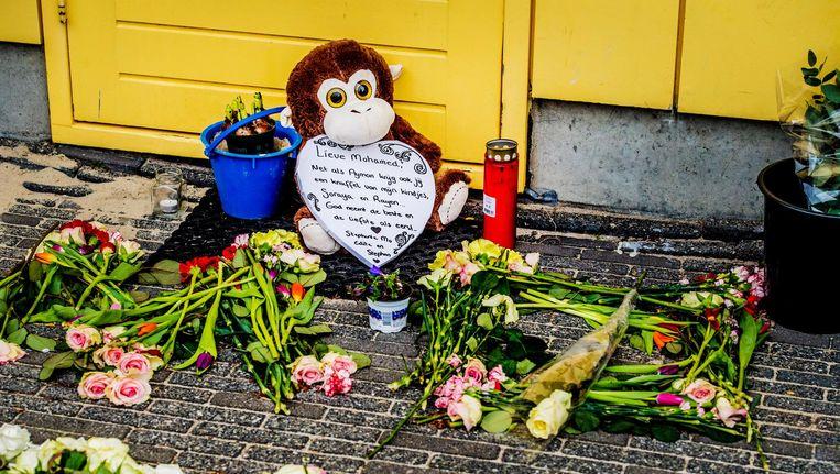 Bloemen op Wittenburg voor de doodgeschoten Mohammed. Beeld anp