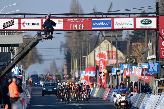 een beeld van de finish van Kuurne-Brussel-Kuurne in de Brugsesteenweg in Kuurne, waar er geen publiek was. Zo hoort het overal te zijn, langs het parcours.