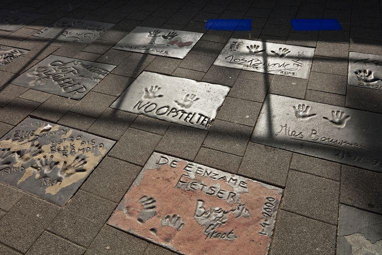 De Walk of Fame in Rotterdam verloedert. De tegel van Boudewijn de Groot is flink afgebladderd. Beeld Otto Snoek