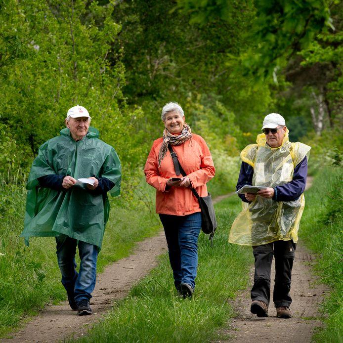 Vrijwilligers Leo van Zeeland, Rianne Martens en Jan Leijtens zijn op zoek naar oude bomen.