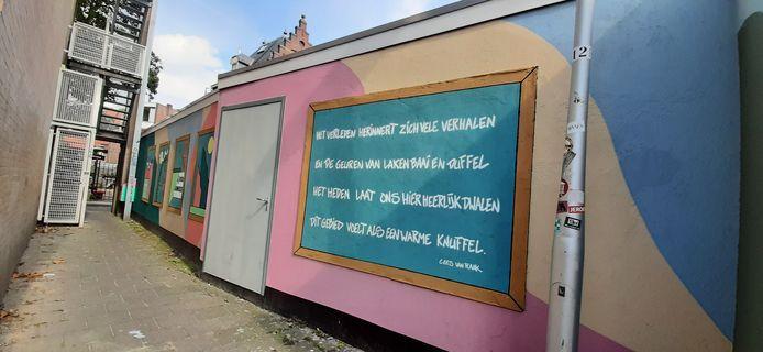 Het werk van Aziz Lessy en Cees van Raak tegenover Spaarbank. Een scheve foto, excuus: het is een heel nauw gangetje.