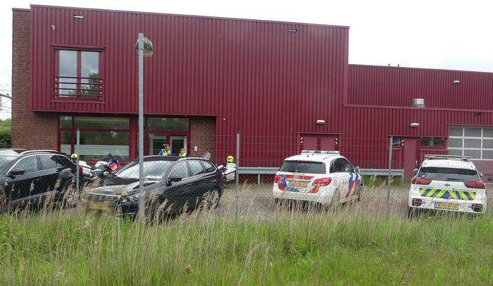 De politie deed een inval bij een bedrijf in Meppel.