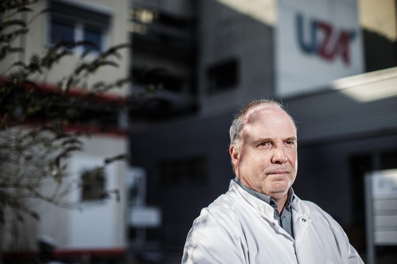 Guy Hans, medisch directeur van het UZA: 'Ook kleuters geven het door. Ze steken hun broers en zussen aan en kunnen ook hun ouders ziek maken. Daar bestaat geen twijfel meer over.' Beeld Bob Van Mol