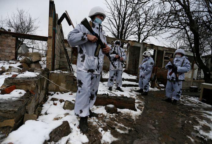 Militanten van het zelfverklaarde Volksrepubliek Loegansk (LNR) aan de frontlijn met Oekraïense strijdkrachten in Zholobok.