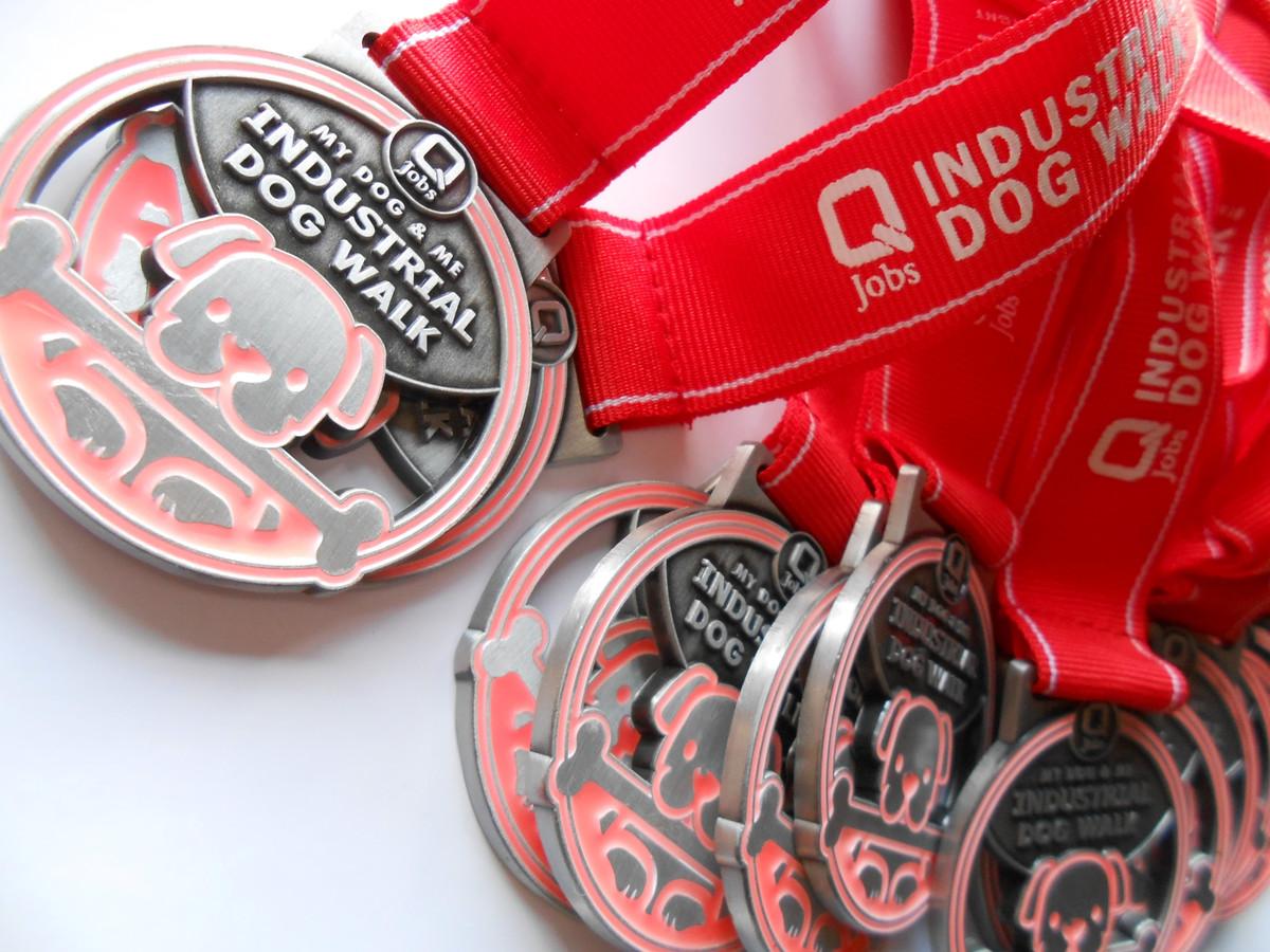 De speciale medailles voor honden, die in het donker oplichten.