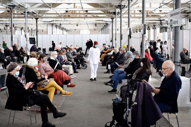 Kopenhagenaren wachten op hun prik in een vaccinatiecentrum in de Øksnehallen. Beeld EPA