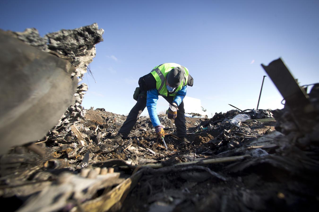 Leden van de Nederlandse missie zoeken op de rampplek van de MH17 naar menselijke resten en persoonlijke bezittingen.