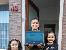 Rayan (11) dolblij met een van de honderden Leergeld-laptops: 'De vraag neemt door thuisonderwijs nu enorm toe'