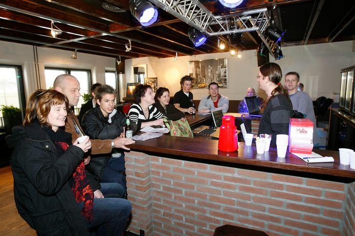 Bezoekers van Fuse in Bakel aan de bar. (Archieffoto uit 2008)