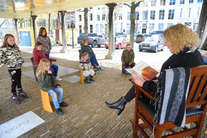 Astrid Rutten leest tijdens de Kunstroute Middelburg voor uit Klaasje Klungel. Het boek is geschreven door haar man Thomas, die de verhalen over Klaasje bedacht voor hun eigen kinderen.