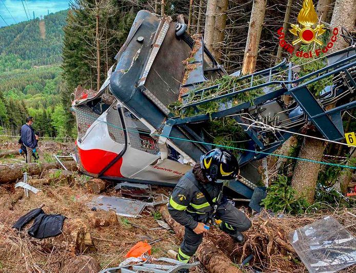 De cabine van de kabelbaan kwam tot stilstand tegen enkele bomen.