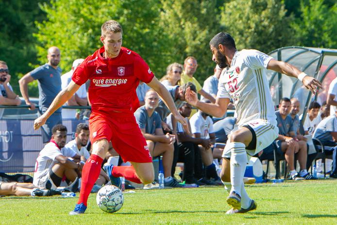 Jari Oosterwijk  in de voorbereiding in actie tegen Al Wahda FC. Het zou één van de laatste optredens worden van de spits in het shirt van FC Twente.