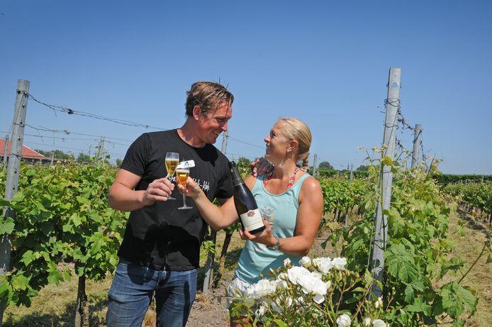 Wijnboer Johan van de Velde en wijnkoningin (en wijnboerin) Paula van de Vijver proosten op hun 20-jarig avontuur