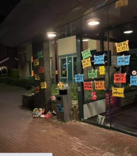 Gemeentehuis in Raamsdonksveer volgeplakt met protestkreten tegen coronamaatregelen