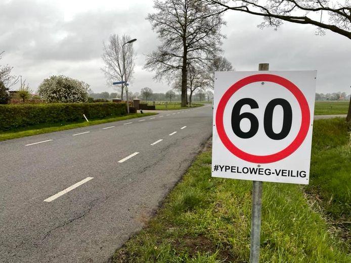De actiegroep uit de buurt plaatste borden langs de Ypeloweg bij Enter, om automobilisten eraan te herinneren dat hier maximaal 60 km/uur is toegestaan.