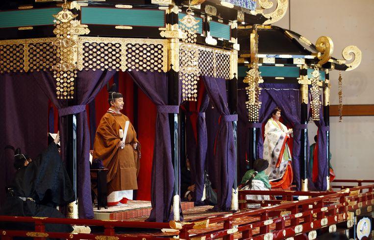 De Japanse keizer Naruhito en keizerin Masako bij de inhuldigingsplechtigheid.  Beeld Hollandse Hoogte / EPA
