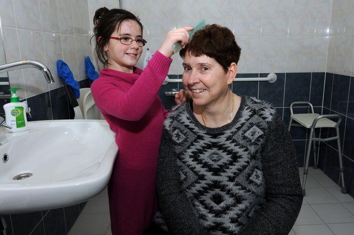 Dochter Kyara kamt het haar van haar moeder Lisette, die negen jaar geleden is getroffen door een herseninfarct.