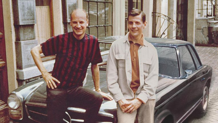 Wim Sonneveld en zijn partner Friso Wiegersma poserend op de Lijnbaansgracht in 1963. Beeld anp
