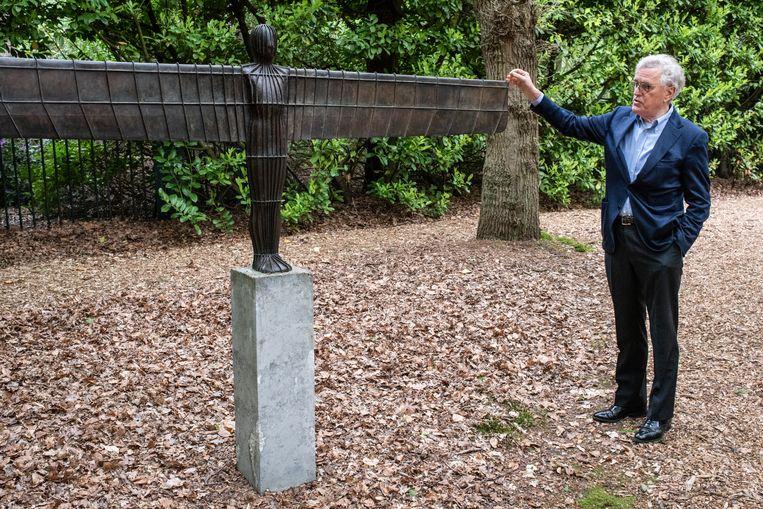Ook dit is een werk van Antony Gormley. Een maquette van Angel of the North. In het echte werk zijn de vleugels elk maar liefst 54 meter lang. Het staat op een heuvel langs de A1 bij Newcastle. Beeld Simon Lenskens