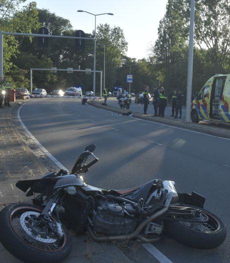 Motorrijder komt met hoofd tegen slagboom, met spoed naar het ziekenhuis gebracht