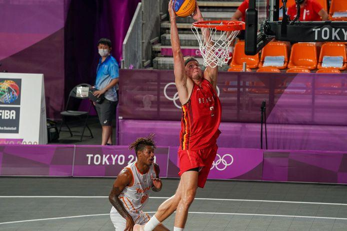 Thibaut Vervoort met de dunk tegen Oranje.