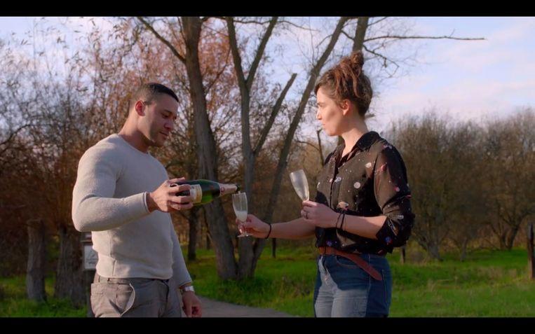 Lidewij werd herenigd met Mark, ook al bleek die intussen Rafaël te heten. Na haar intense zoektocht was een glaasje bubbels wel op z'n plaats. Beeld één