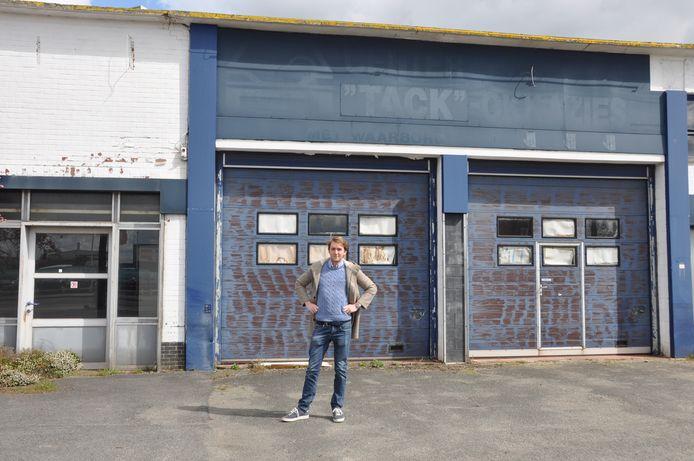 Maxime Vandenabeele aan de voormalige garage in Waregem, die nog deze maand tegen de grond gaat.