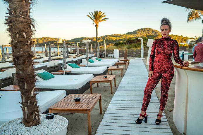 Isabelle Wildenburg poseert op Ibiza in haar zelfgemaakte jumpsuit die ze later die dag gaat veilen.