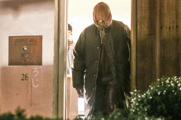 Kanye West vertrok volledig ingeduffeld uit het huis aan de Antwerpse Oude Koornmarkt.