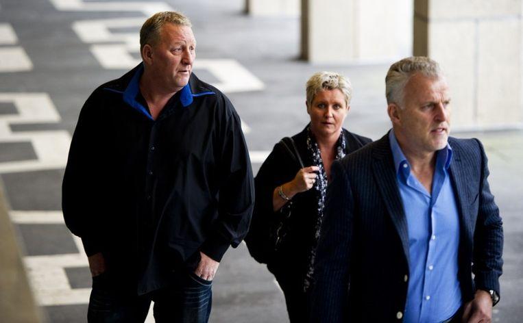Peter R. de Vries arriveert samen met Herman (L) en Anja Dubois bij het gerechtshof in Arnhem voor de uitspraak in de Puttense moordzaak. Deze zaak uit 1994 draait om de moord met verkrachting op de Puttense stewardess Christel Ambrosius. De jonge vrouw werd destijds gewurgd, verkracht en met een mes gedood in het huisje van haar oma.  Beeld anp