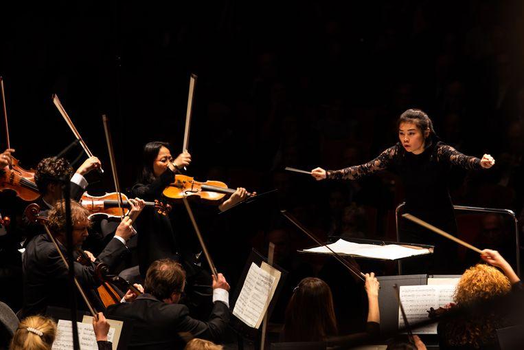 Elim Chan is dirigente bij het Antwerp Symphony Orchestra. Beeld Podium 19