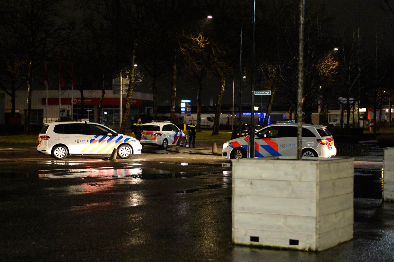 Politiewagens die ter plaatse kwamen voor de eerste melding in Breda. Het desbetreffende bedrijf op de foto's heeft is niet betrokken bij de vondst.
