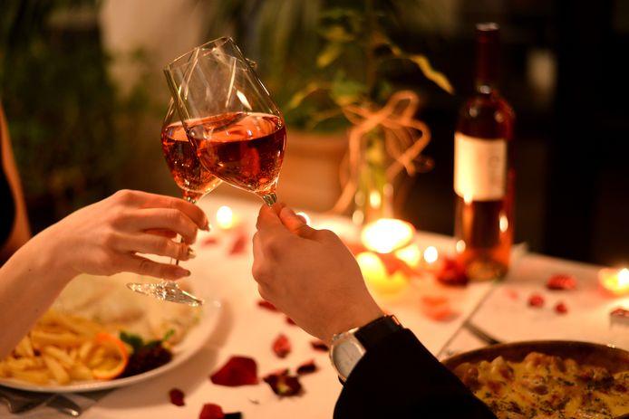 Eten bij kaarslicht: gezellig maar voor de smaak kun je beter wat voor meer licht zorgen.