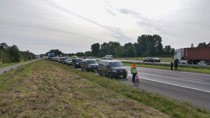 Via de vluchtstrook kon het vertraagde verkeer voorzichtig zijn weg vervolgen: de voertuigen op de foto waren niet direct bij het ongeval betrokken.